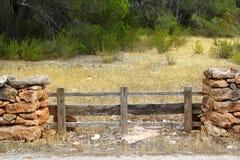 стена сосенки masonry пущи загородки каменная деревянная стоковое фото
