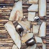 Стена составлена различных частей, декоративного камня и старых утварей металла для украшения Стоковые Изображения RF
