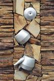 Стена составлена различных частей, декоративного камня и старых утварей металла для украшения Стоковое Фото