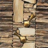 Стена составлена различных частей, декоративного камня и старых утварей металла для украшения Стоковые Фото