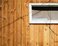 Стена старого деревянного дома сделанного из тонких вертикальных предкрылков Выдержанные и постаретые доски Стоковое Изображение RF