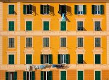 Стена старого жилого дома, среднеземноморского городка Camogli, Италии стоковая фотография rf