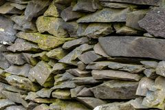 Стена старого шифера каменная стоковые фото