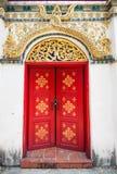 Стена старой деревянной двери каменная Задний вход к замку Стоковое Фото