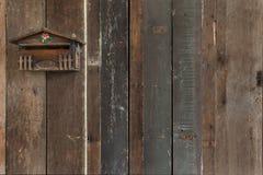 Стена старухи с почтовым ящиком стоковое фото rf