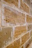Стена старых желтых каменных блоков загубленных к время Стоковые Изображения RF