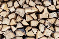 Стена стога швырка Стог древесины подготовил для зимы и холода Высушите прерванную древесину дуба Деревянная текстура предпосылки стоковое изображение