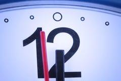 стена стойки 12 шкалы крупного плана часов стрелок Стоковое Изображение