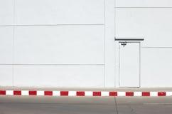 Стена с дверью Стоковые Изображения