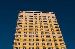 Стена с жилым домом мульти-этажа балконов новым современным на предпосылке голубого неба, Стоковое Фото