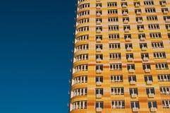Стена с жилым домом мульти-этажа балконов новым современным на предпосылке голубого неба, Стоковые Фотографии RF