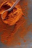 стена текстуры кирпича предпосылки старая Порошок перца красных чилей смешал с деревянной ложкой Взгляд сверху Стоковая Фотография
