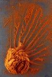 стена текстуры кирпича предпосылки старая Порошок перца красных чилей смешал с деревянной ложкой Взгляд сверху Стоковые Изображения RF