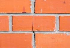 стена треснутая кирпичом стоковая фотография rf