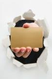 стена удерживания руки карточки прорыва пустая золотистая Стоковая Фотография
