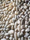 Стена украшенная с круглыми естественными камнями стоковая фотография