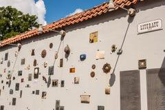Стена улицы Literatu с многочисленными художественными произведениями предназначенными к много писателям и поэтов, Вильнюсу, Литв стоковые фото