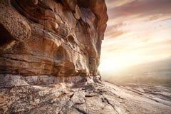 Стена утеса в пустыне на заходе солнца стоковое фото rf