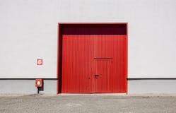 Стена фабрики металлического листа с красной входной дверью в промышленном парке Красная дверь здания фабрики Стоковые Фото