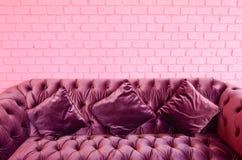 стена фиолета сбора винограда софы кирпича розовая Стоковые Фотографии RF