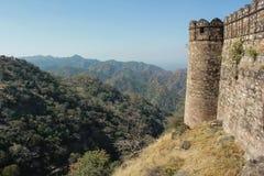 Стена форта Kumbhalgarh и взгляд гор Стоковая Фотография RF