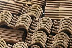 Стена штабелированных керамических плиток стоковые фото