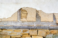 Стена Adobe, старый белый гипсолит и деревянные балки Стоковые Изображения