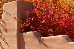 Стена Adobe с листьями осени Стоковая Фотография RF