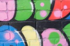 Стена apinted с пестротканой краской радуги Желтый цвет, апельсин, синь, бирюза, красный цвет, Sur, черное Пестрая краска которая Стоковая Фотография RF