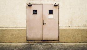Стена Grunge с двойной дверью и пакостным полом Стоковые Изображения RF