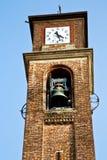 Стена Mozzate и милан солнечного дня колокола башни церков Стоковые Фотографии RF