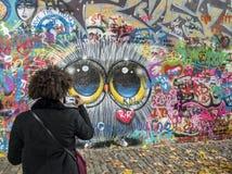 Стена ` s Джон Леннон Праги с 1980s заполнена с граффити Джона воодушевленными Lennon Стоковая Фотография RF