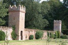 Стена Tudor castellated с башнями и зубчатыми стенами Стоковое Фото