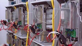 Стенды теста в лаборатории для продукции микропроцессорных приборов защиты и автоматизации Провода с сток-видео