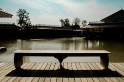 Стенд взгляда реки и античный деревянный дом стоковое изображение rf