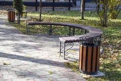 Стенд в парке осени Мостоваая плиток и мусорного ящика Стоковые Изображения