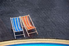Стенд пляжа на черной плитке на бассейне Vacati летнего отпуска Стоковая Фотография
