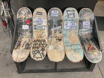Стенд сделанный из сломленных скейтбордов, Париж, Франция стоковые изображения rf