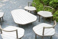 Стенд таблицы и сада оно расположено вне немедленной области Смогите выдержать сильную погоду использование как декорумы интерьер стоковые фото