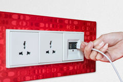 Стенная розетка USB штепсельной вилки руки женщины/плита выхода Стоковая Фотография RF