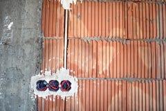 Стенные розетки, установка электричества на строительную площадку дома Стоковое фото RF
