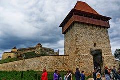 Стены башни цитадели Râșnov на бурных небесах Румынии стоковое фото rf