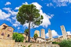 Стены города и башни San Gimignano, Тосканы Стоковые Фото