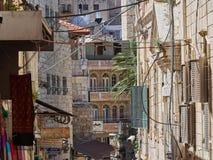 Стены домов на узкой улице в восточном Иерусалиме, Израиле Стоковая Фотография RF