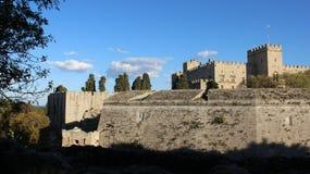 Стены исторической достопримечательности средневековые и взгляд средневекового городка стоковое фото