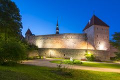 Стены и башни городка на ноче лета, Эстонии Таллина старого стоковая фотография