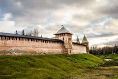Стены и башни Кремля в Veliky Новгороде Россия Стоковые Изображения