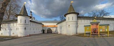 Стены и башни монастыря Andronikov moscow Россия Стоковые Изображения RF