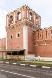 Стены и башни sumer русского Москвы монастыря крепости Стоковое Изображение RF