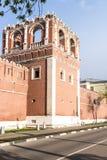 Стены и башни sumer русского Москвы монастыря крепости Стоковое фото RF